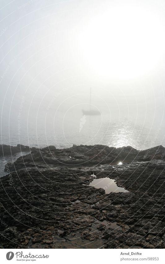 Schiff im Nebel Wasser Himmel Meer Strand Stein Wasserfahrzeug Küste Seil Felsen Pfütze Segelboot Morgennebel