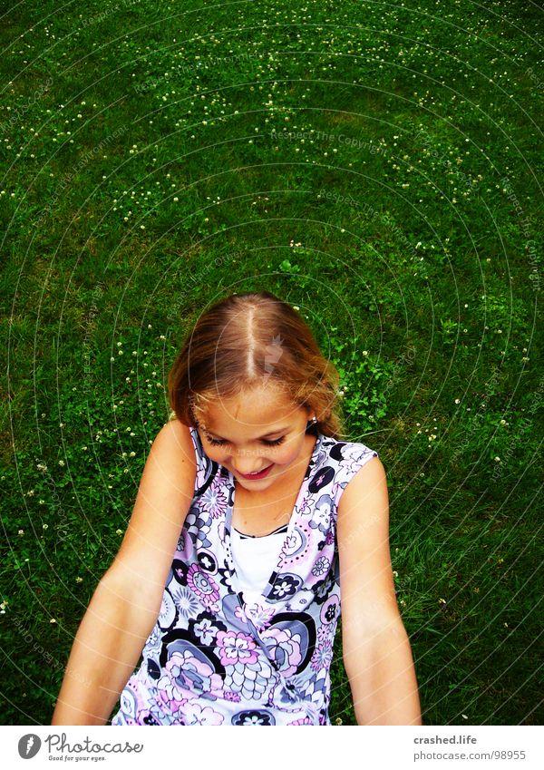 Hanging Kind Jugendliche grün Freude Gesicht Auge Haare & Frisuren Gras blond Mund Arme Nase Kleid Scheitel grasgrün dunkelgrün