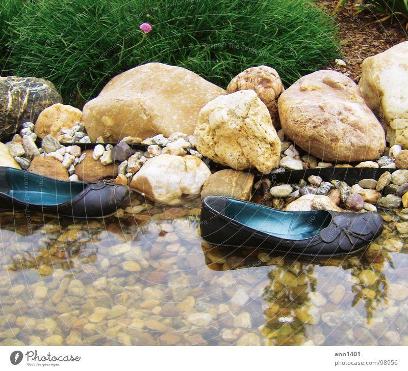mini-boote legen an Schuhe Wasserfahrzeug Bach Reflexion & Spiegelung Sträucher Im Wasser treiben ankern Sommer Kühlung Blume Teich Strand ertrinken Fluss