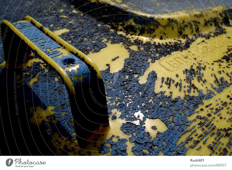 gelber punkt blau gelb oben nah Müll Vergänglichkeit Gully Fass Tragegriff