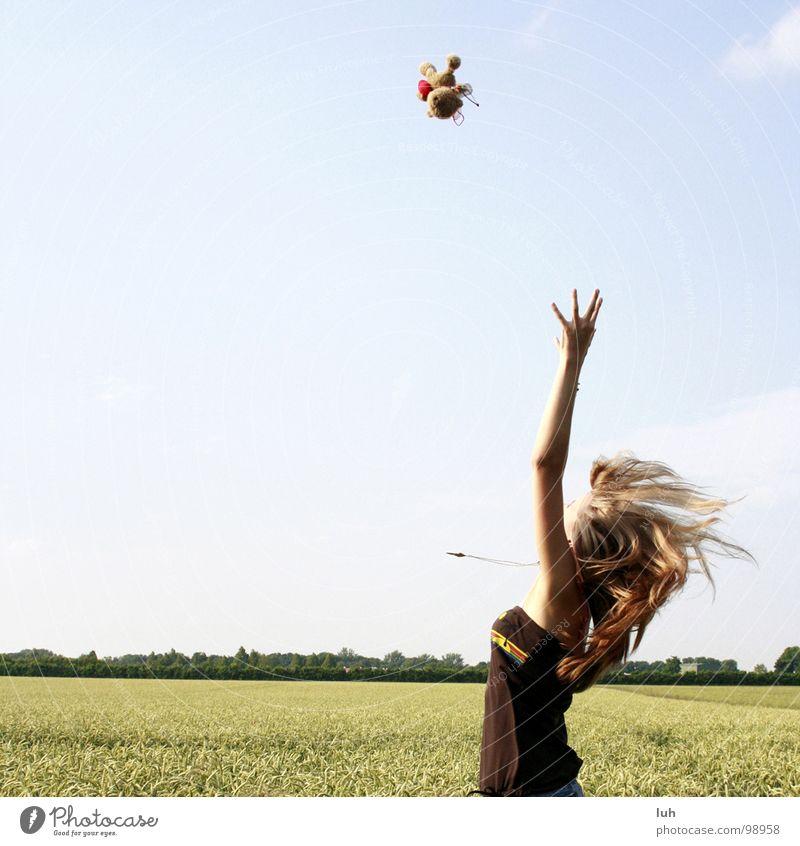 Faengst du mich auf? Teddybär Ziel Erfolg Kornfeld Feld Weizen Wolken Lebensfreude Mädchen Sommer Stil Jugendliche Freude fliegen Luftverkehr Wind