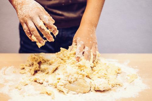 Backe Backe Kuchen Mensch Kind Weihnachten & Advent Hand Freude Gefühle Junge Glück Feste & Feiern authentisch Kindheit Tisch Finger Kochen & Garen & Backen
