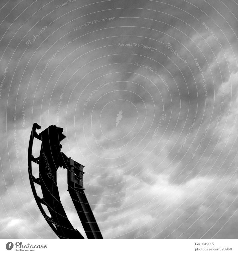 Achterbahn ins Nichts Himmel weiß Wolken schwarz dunkel Freiheit grau springen Regen Wetter Angst Beginn gefährlich bedrohlich Ende gruselig