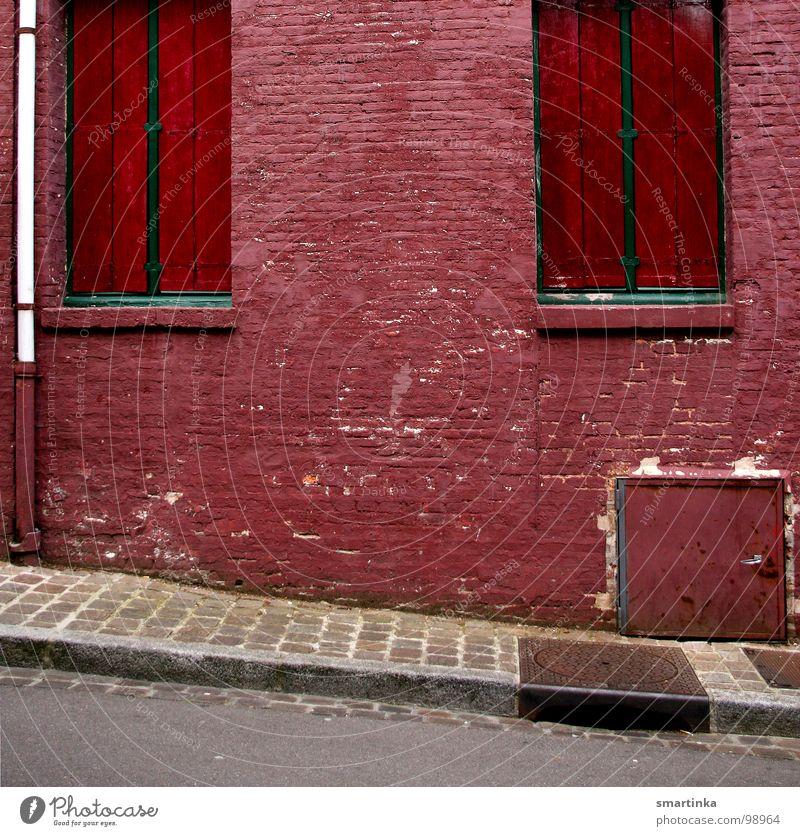 Heute Ruhetag Eingang Fenster Wand Fassade kaputt Bürgersteig Berghang verfallen Rote Ziegel Einsamkeit geschlossen