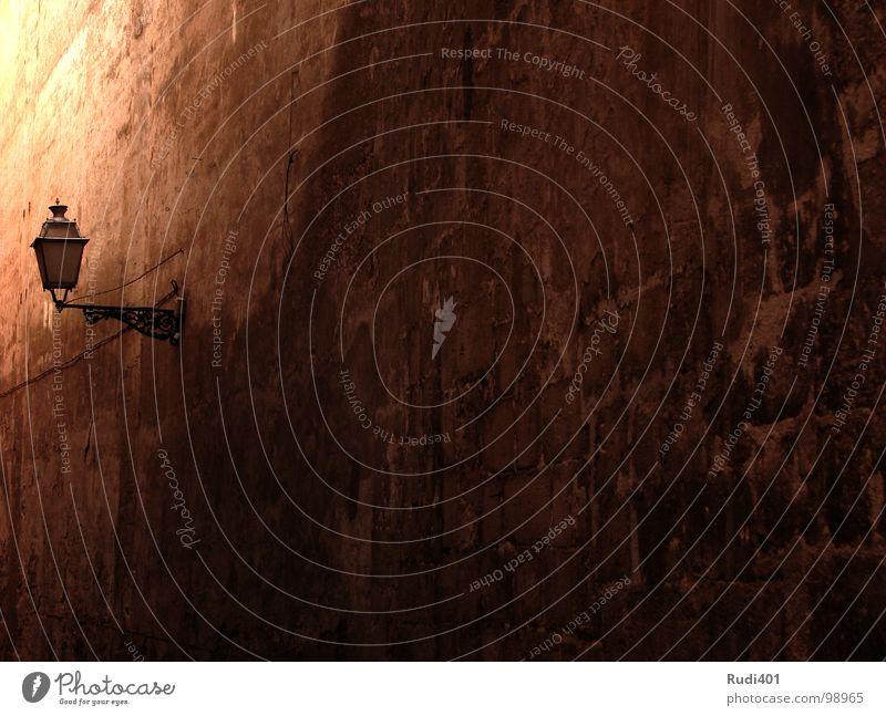 gassenlaterne Sommer Lampe dunkel Wand Mauer Wärme Physik Laterne historisch eng Verlauf Gasse