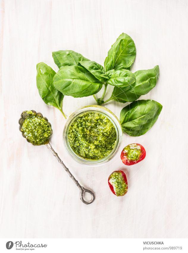 Basilikum Pesto im Glas mit Löffel und Tomaten grün weiß rot Blatt Gesunde Ernährung Leben Stil Holz Lebensmittel Design Glas Ernährung retro Kräuter & Gewürze Gemüse Bioprodukte