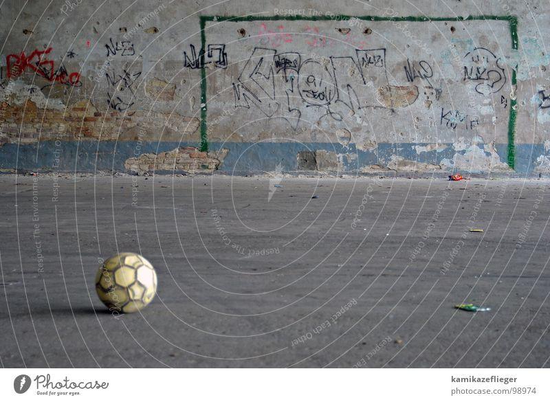 bolzplatz grün blau gelb Sport Spielen Mauer Graffiti Fußball Ball rund Kindheit Backstein Verkehrswege Tor Sportveranstaltung kämpfen