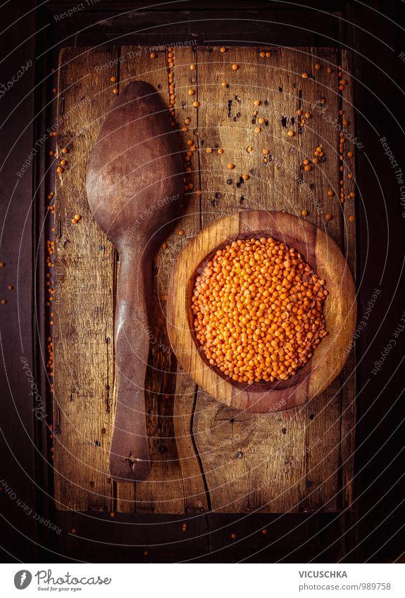 Rote Linsen in rustikaler Holzschale mit altem Löffel rot Gesunde Ernährung Innenarchitektur Stil Lebensmittel Dekoration & Verzierung Design