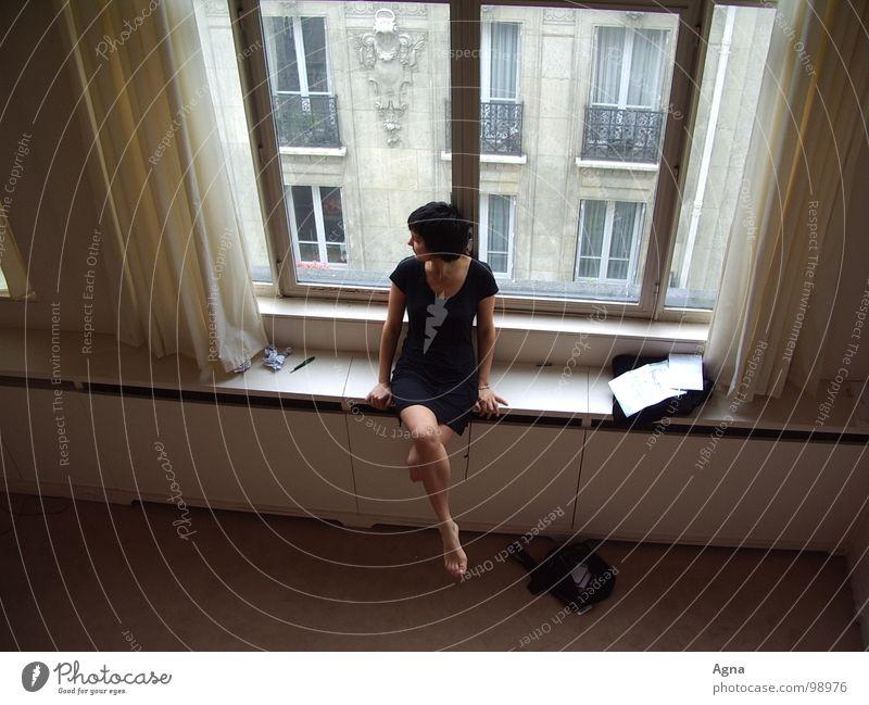 morning in paris Frau Fenster Langeweile Einsamkeit schön grau Paris Stadt schwarz Vogelperspektive Trauer Verzweiflung Gefühle verweihle Morgen sitzen oben
