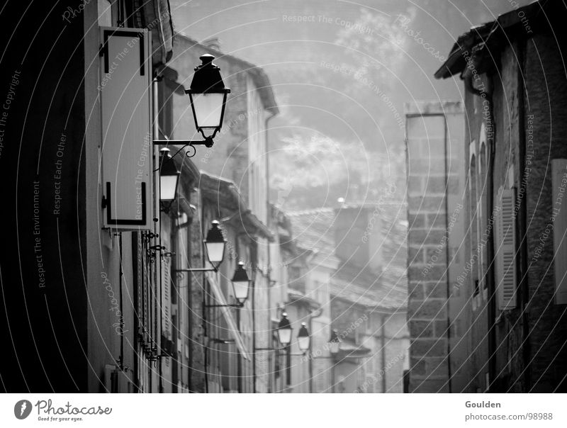 mehr Licht! alt Stadt Ferien & Urlaub & Reisen ruhig Straße Lampe dunkel Beleuchtung Nebel Elektrizität Schwarzweißfoto Laterne Frankreich Verkehrswege Gas Gasse