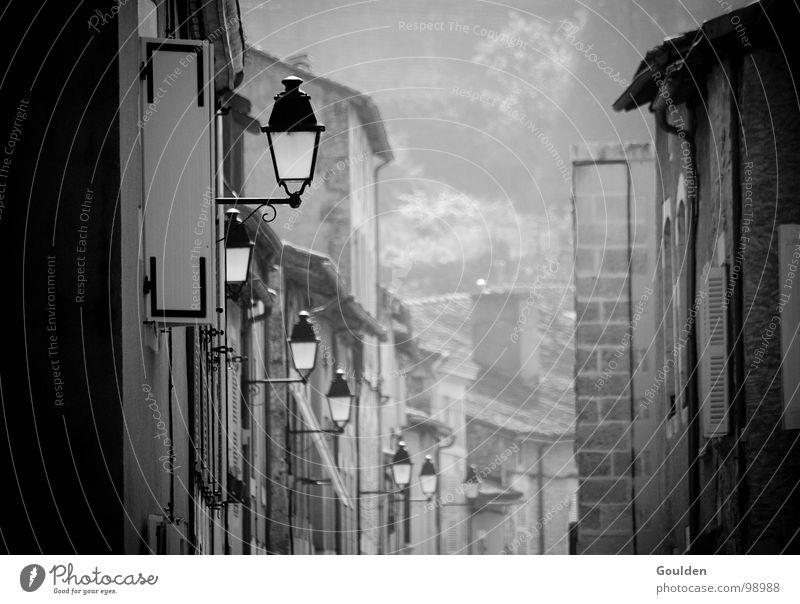 mehr Licht! alt Stadt Ferien & Urlaub & Reisen ruhig Straße Lampe dunkel Beleuchtung Nebel Elektrizität Schwarzweißfoto Laterne Frankreich Verkehrswege Gas