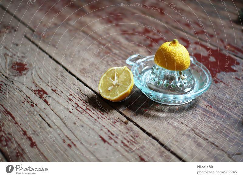 Vitamin C Lebensmittel sauer Zitrone gelb Zitrusfrucht Zitruspresse alt altehrwürdig auspressen Vitamine Frucht Gesunde Ernährung Gesundheit frisch Farbfoto