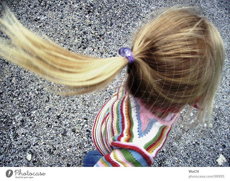 fangen-spielen Kind Mädchen Freude Spielen Haare & Frisuren Kopf blond fliegen drehen Kleinkind Zopf Wende Kinderspiel Pferdeschwanz