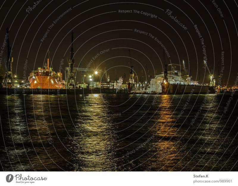 Hafen bei Nacht weiß Wasser ruhig Ferne schwarz dunkel Umwelt Schwimmen & Baden Stimmung Arbeit & Erwerbstätigkeit orange Wachstum Kraft Verkehr nass beobachten