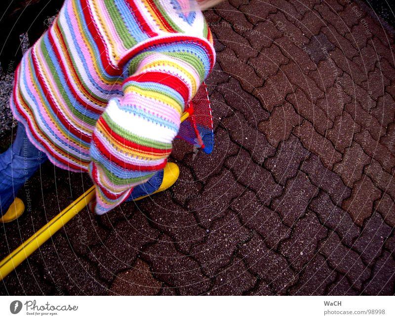 krieg dich, hab dich Spielen Kind Mädchen drehen fangen Kinderspiel Schmetterlingsnetz zielstrebig gerade vorwärts gehen Bewegung Kleinkind fliegen play Freude