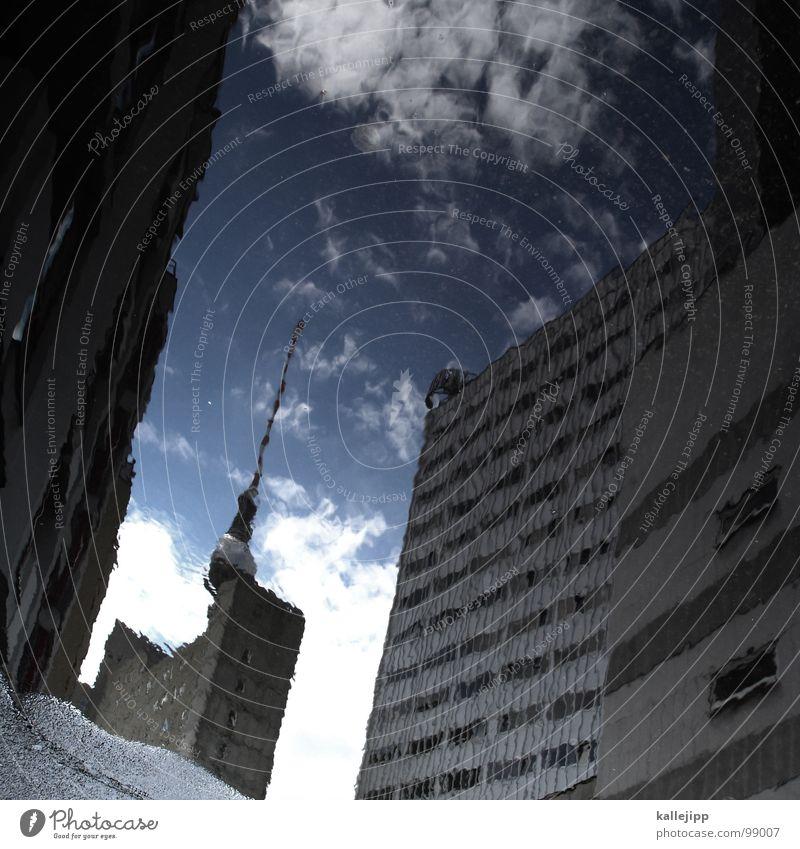 berlin steht kopf Pfütze Funkturm Wahrzeichen Unwetter Pause Hinterhof Alexanderplatz Tourist Tourismus Kunst Osten Sightseeing Hochhaus Berlin Hauptstadt