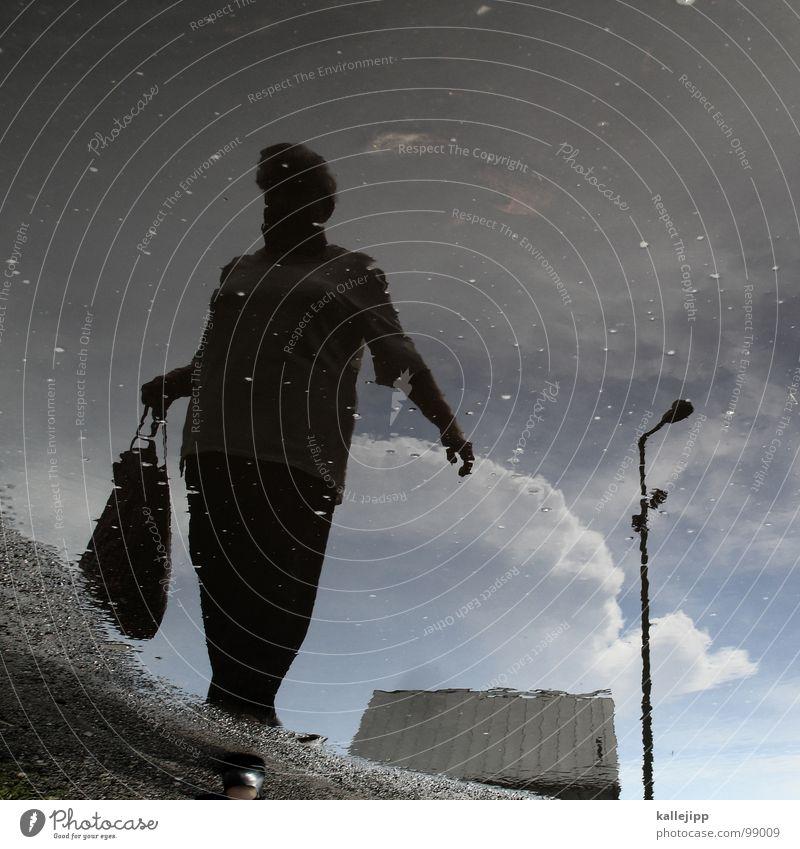 frau schröder (Teil 1) (danke jealous sky) Pfütze Unwetter Sturm Reflexion & Spiegelung Frau kaufen Proviant Laterne Wolken Luft gehen Tasche Hand Supermarkt