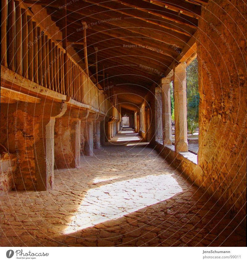 Der Gang ins... Sonne Religion & Glaube Denkmal Spanien Glaube Gott Mallorca Wegweiser Götter Kloster Gotteshäuser Geistlicher Nonne Lichtstimmung