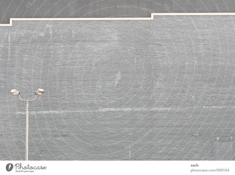 Monotonie Stadt Stadtzentrum Menschenleer Haus Industrieanlage Bauwerk Gebäude Architektur Mauer Wand Fassade Beton Linie leuchten grau Straßenbeleuchtung