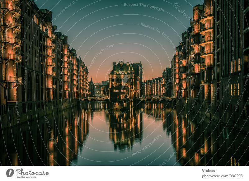 Speichervorrat.... Hafenstadt Altstadt Bauwerk Gebäude Architektur Fassade Balkon Sehenswürdigkeit Wahrzeichen Denkmal glänzend leuchten außergewöhnlich dunkel