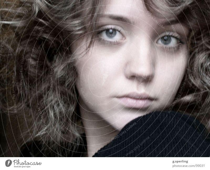 ein (augen)blick Frau schön Mädchen Auge feminin Beautyfotografie Locken Schüchternheit Haare & Frisuren Kind zögern