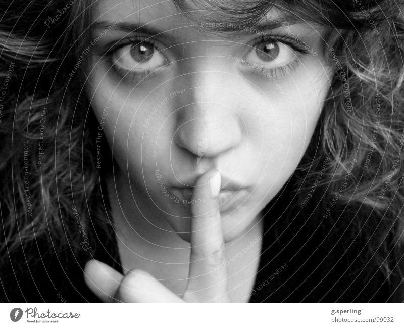 pssscht... ruhig Porträt Frau Mädchen Vertrauen pssst Blick Gesicht Schwarzweißfoto