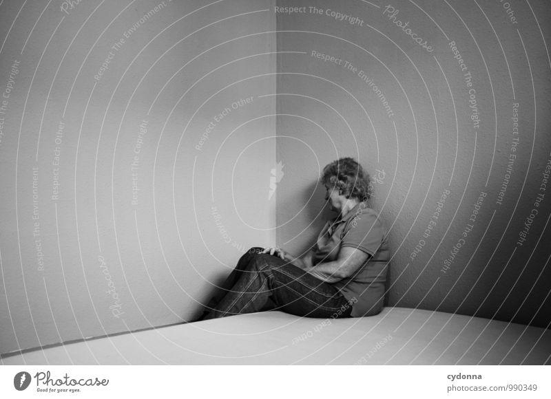Auszug Mensch Frau Einsamkeit ruhig Erwachsene Wand Leben Traurigkeit Gefühle Senior Mauer Wohnung Raum Häusliches Leben sitzen 45-60 Jahre