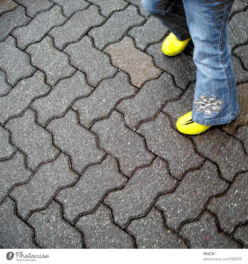 GaP (Gummiestiefel auf Pflaster) Kind gelb Spielen Bewegung Freizeit & Hobby Asphalt Stiefel Kleinkind Kopfsteinpflaster Pflastersteine Fuge Gummistiefel Einfahrt Zickzack Kinderspiel Wellenlinie