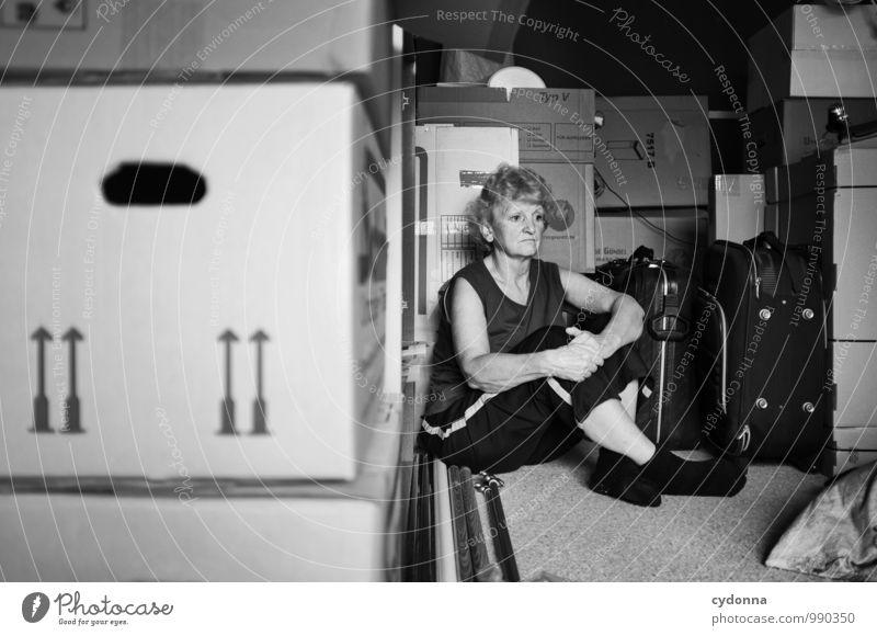 Auszug Mensch Frau Erwachsene Leben Traurigkeit Gefühle Senior Wohnung Raum Häusliches Leben sitzen 45-60 Jahre warten Beginn Zukunft Vergänglichkeit