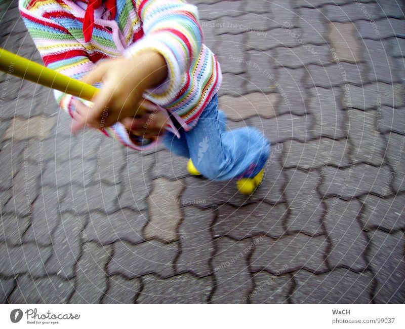 Der Fänger im Roggen Kind Freude Spielen springen Tanzen Freizeit & Hobby laufen fangen Kopfsteinpflaster Dynamik Stock Fuge Pflastersteine Stab Kinderspiel