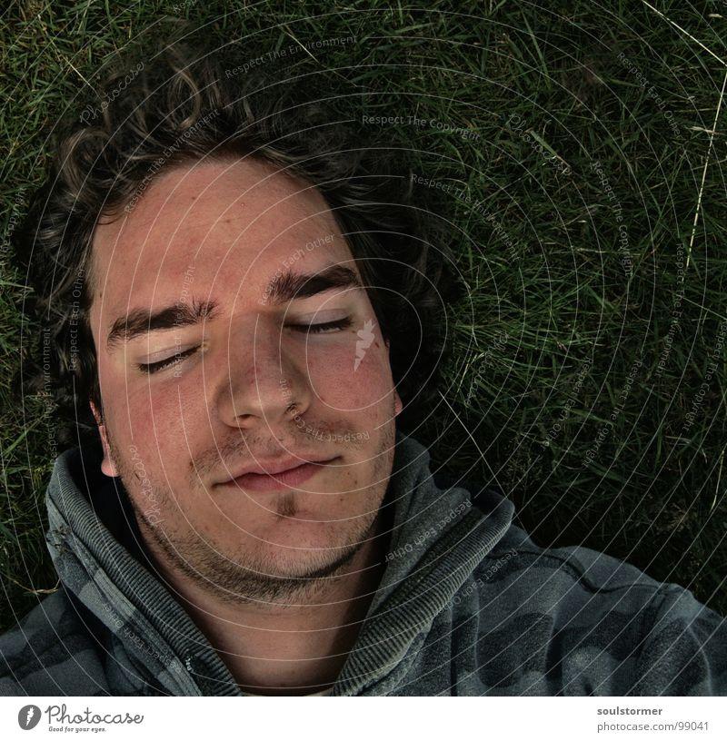 kaputt... Selbstportrait schlafen Erholung geschlossene Augen Bart fertig grün Streifen Wiese Gras ruhig Einsamkeit abgelegen Frieden Mann liegen Gesicht