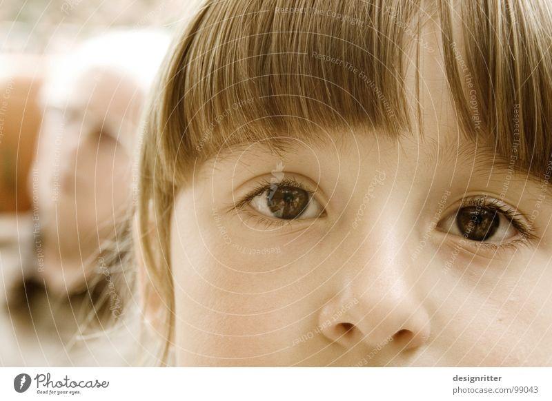 eine Zeit lang Kind Mädchen Gesicht Auge Haare & Frisuren Traurigkeit Nase Familie & Verwandtschaft Pony Generation Anschnitt Bildausschnitt Enkel Kinderaugen