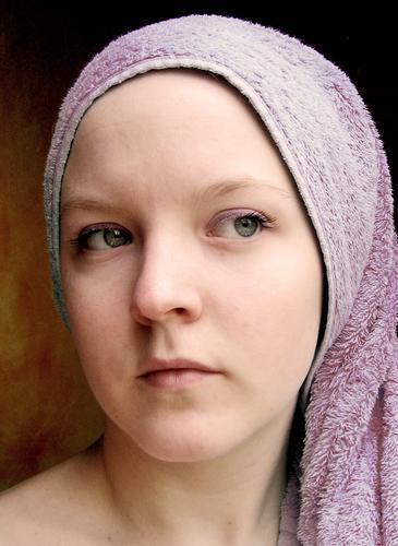 lila lilo Gesicht Mädchen Frau Erwachsene Auge Nase Mund violett Handtuch Naher und Mittlerer Osten woman face faces towel towels Porträt Blick