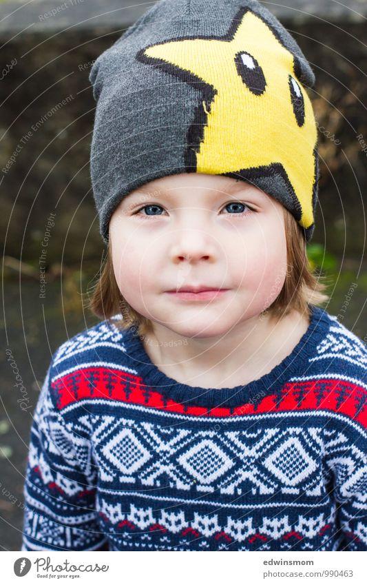 Coole Mütze Winter Kind Junge Kindheit Gesicht 1 Mensch 3-8 Jahre Pullover blond Lächeln Blick warten blau gelb grau Coolness Farbfoto Außenaufnahme Tag Porträt