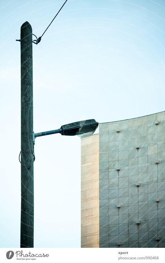 Urbane Analogie Haus Hochhaus Bauwerk Gebäude Architektur Straßenbeleuchtung Lampe Hochspannungsleitung Stadt Genauigkeit Perspektive Anpassung Farbfoto