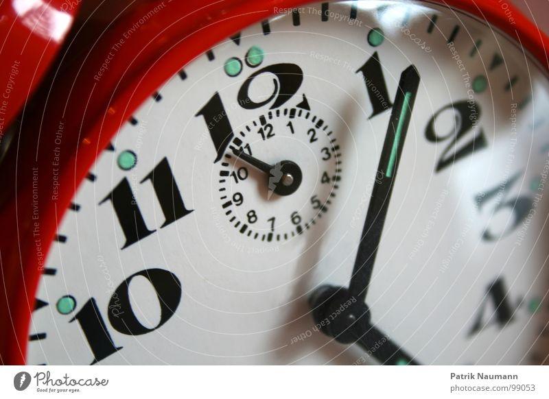 die Zeit läuft Uhr rot Ziffern & Zahlen 2 3 4 10 11 12 Zukunft Vergangenheit Uhrenzeiger Fortschritt