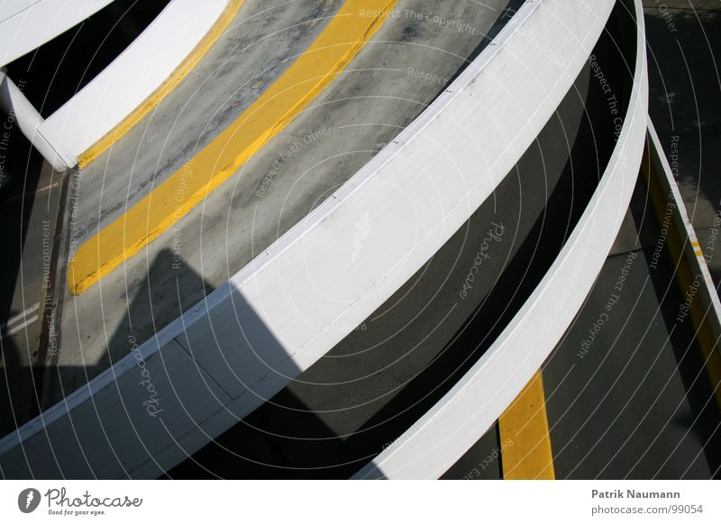 runde Auffahrt gelb Gebäude leer Spuren Verkehrswege parken Teer Parkhaus