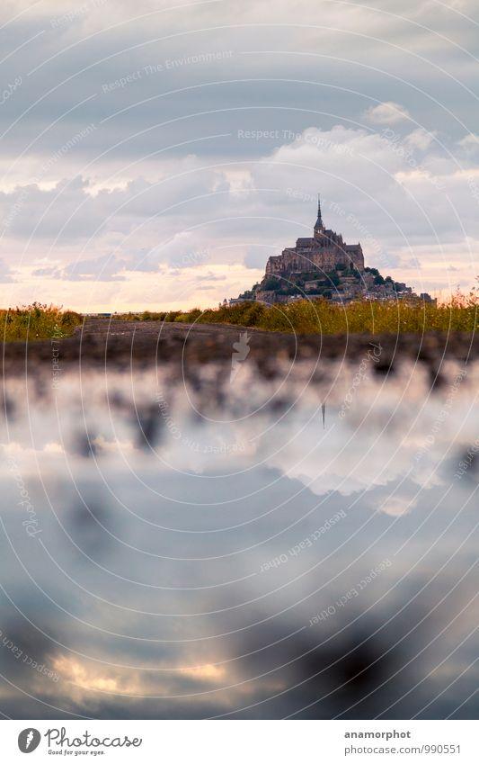 Mont St. Michel im Spiegel Landschaft Wolken Horizont Sonnenaufgang Sonnenuntergang Sommer Mont St.Michel Kirche Bauwerk Gebäude Architektur Sehenswürdigkeit