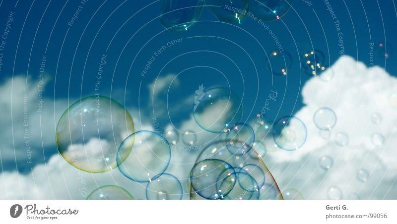 bub°bles Seifenblase Luftblase blasen über den Wolken Schweben gleiten träumen Schaum traumhaft himmlisch himmelblau Verschiedenheit Größenunterschied weich