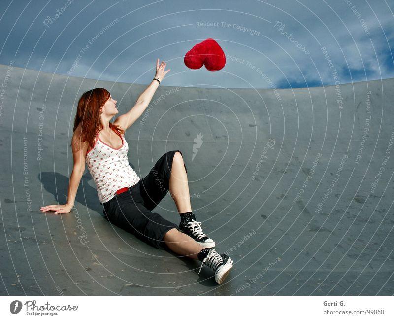 heart's desire Frau Junge Frau fangen berühren schlechtes Wetter Wolken Örtlichkeit Schuhe Chucks grau rot fliegen Schweben Symbole & Metaphern Kissen Herz