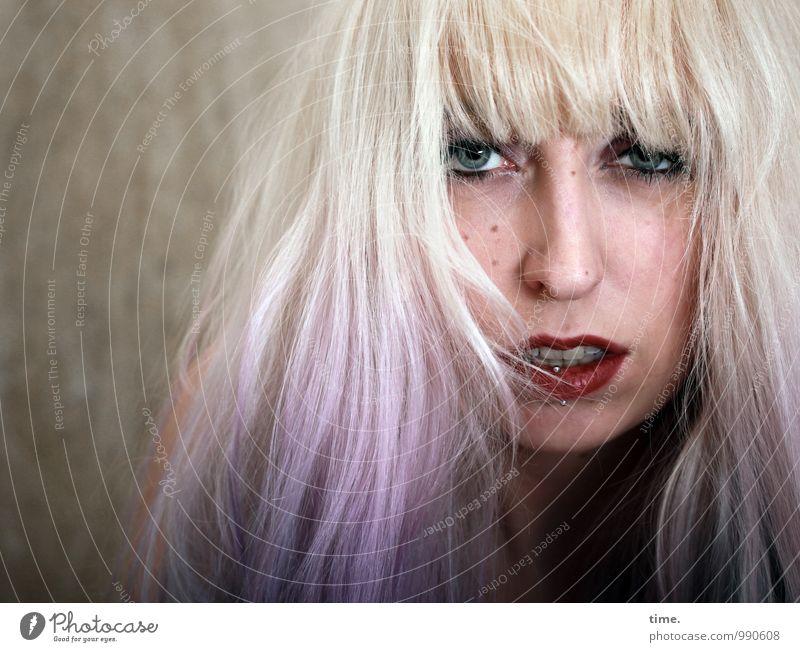 . Gesicht Lippenstift feminin Junge Frau Jugendliche 1 Mensch Mauer Wand Piercing blond langhaarig Pony beobachten Kommunizieren Blick frech rebellisch