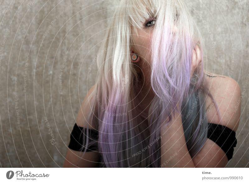 . Färbung Raum feminin Junge Frau Jugendliche 1 Mensch T-Shirt blond langhaarig beobachten Blick ästhetisch außergewöhnlich rebellisch schön wild Schutz Erotik