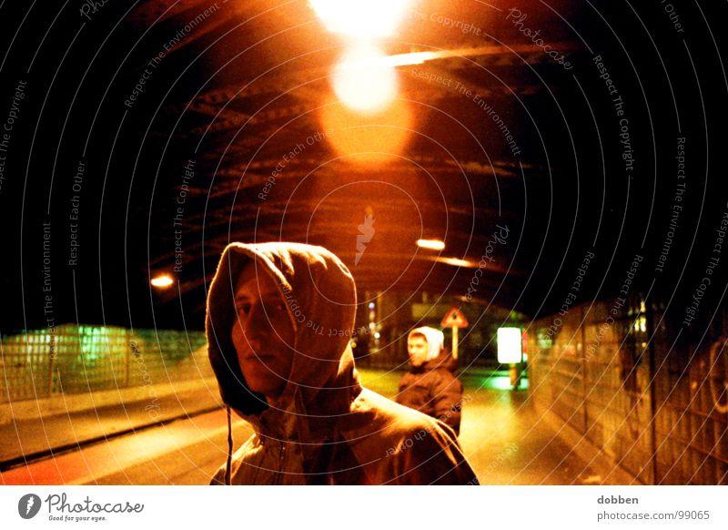 Der Bulle und das Biest planlos unterwegs Mann Nacht Außenaufnahme Porträt Schurke Streifen gefährlich Elendsviertel Stadt kalt Zigarette Smoking Hand Tasche