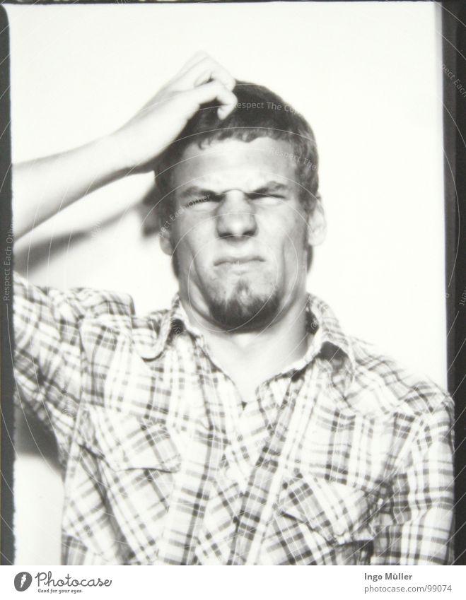 Fotosession 13 Mann maskulin Fotografie Photo-Shooting schwarz weiß Stil Konzentration Hemd Bart staunen Denken kratzen Blick Schwarzweißfoto Auge Gesicht