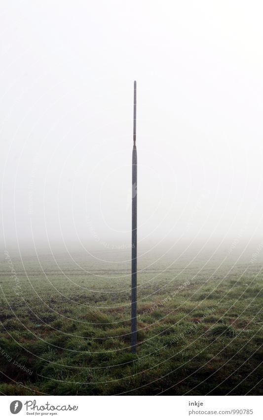 Ortsschild Herbst Winter schlechtes Wetter Nebel Stadtrand Menschenleer außergewöhnlich dunkel dünn kalt lang Umwelt Grenze Mitte Teilung Farbfoto