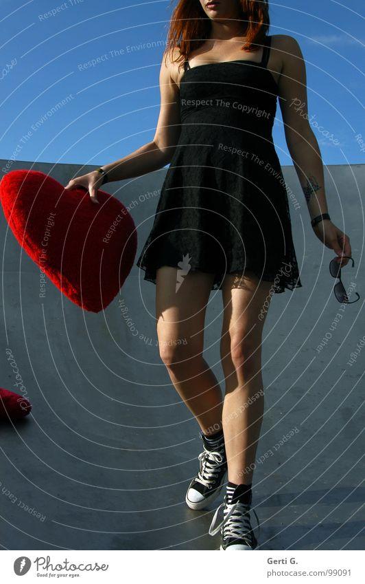 heartattack Mensch Frau Natur blau schön Sommer Liebe feminin Erotik grau Bewegung Beine Schuhe gehen Herz Dekoration & Verzierung