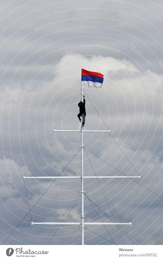 Russischer Matrose Mann Fahne Segeln Wasserfahrzeug dramatisch Wolken schlechtes Wetter Fahnenmast Erfolg Himmel Seemann Klettern Russland