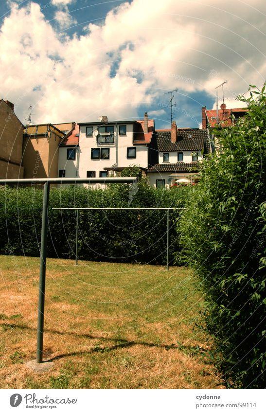 Schon trocken... Weimar Stadt leer Einsamkeit Tod Haus Fassade Mauer Dach Bildaufbau Fenster gehen normal einzigartig Sommer kalt trist Langeweile Hinterhof