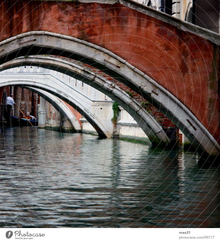 unter 4 Brücken musst du gehn.... Architektur Wasserfahrzeug Brücke Italien Verkehrswege Venedig Bogen Durchblick Kanal Gondel (Boot) Bootsfahrt Städtereise Wasserstraße Gondoliere Bogenbrücke