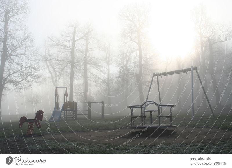 der Nebel spielt Baum Wald Märchen Hexentanzplatz weiß grau Spielplatz Spielen Jahrmarkt Karussell Dezember Raureif toben kalt Trauer unheimlich grauenvoll